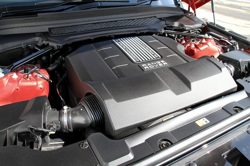 エンジンの最高出力は250kW(340PS)/6500rpm、最大トルクは450Nm(45.9kgm)/3500rpm。最高速は210km/h、0-100km/h加速は7.2秒、JC08モード燃費は8.4km/Lをそれぞれマークする