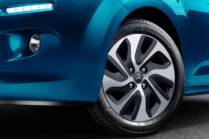195/55 R16サイズのタイヤと新デザインのアルミホイールを標準装備S