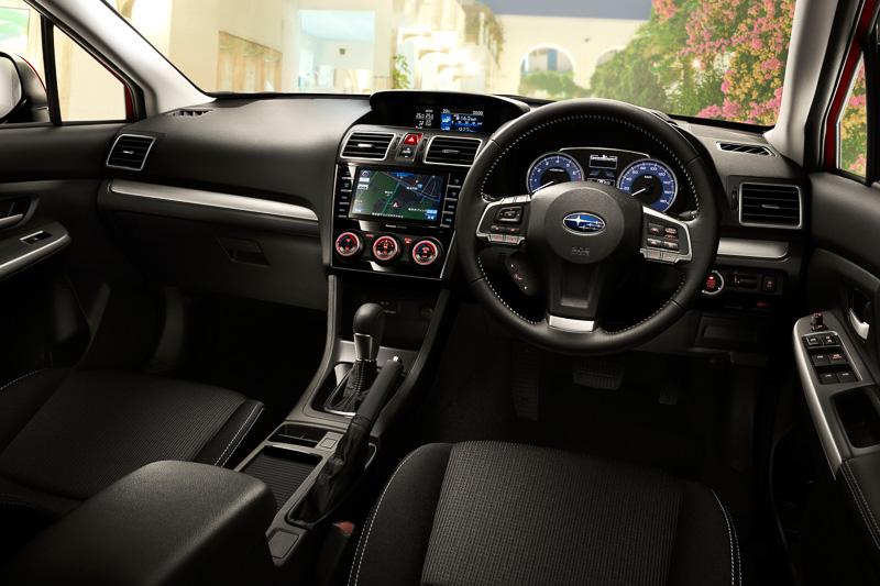 車内ではピアノブラック調の加飾パネルを使って質感を向上(SDナビゲーションはディーラー装着オプション)