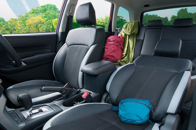 専用シートはウルトラスエードシート(センターキルト)を表皮に使い、運転席と助手席は8ウェイパワーシートになる