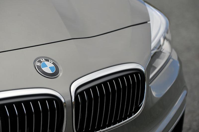 キドニー・グリルと4灯式丸型のLEDヘッドライトなど、ひと目でBMWのモデルであることが分かるデザインとした。2シリーズ アクティブ ツアラーは安全装備も充実しており、カメラにより前方の監視を行う「ドライビング・アシスト」を全車標準装備。車線の逸脱をドライバーに警告する「レーン・ディパーチャー・ウォーニング」、衝突の危険性が高まった際にドライバーに警告を発する「前車接近警告機能」、追突が避けられない場合にブレーキをかけて衝突を回避・被害軽減を図る「衝突回避・被害軽減ブレーキ」(歩行者検知機能)などの機能が搭載される