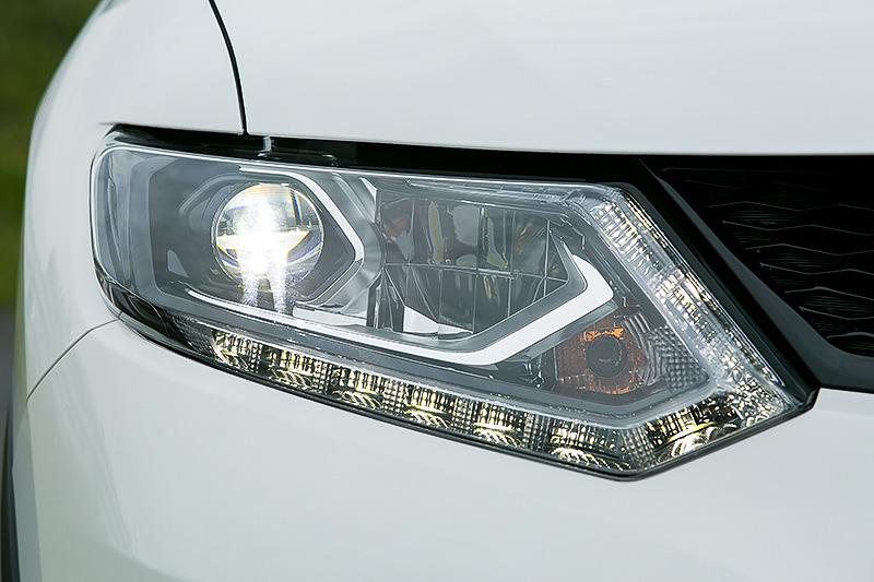 エクストレイル ハイブリッドではガソリン車でオプション設定となる「LEDヘッドランプ(ハイ/ロ-ビーム、オートレベライザー付、フレンドリーライティング作動付、シグネチャーLEDポジションランプ付)」を標準装備
