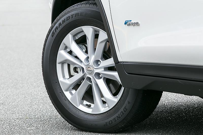 17インチアルミホイールにハイブリッド専用となるダンロップ(住友ゴム工業)の低転がり抵抗タイヤ「GRANDTREK ST30」を組み合わせる。ガソリン車はフロントのみスタビライザーを装備するが、ハイブリッドでは前後に装着