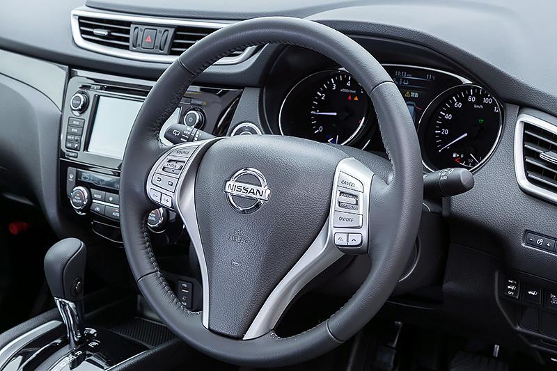 本革巻きステアリングは標準装備。ステアリングにはオーディオ、カーナビ、ハンズフリーフォン、クルーズコントロールの操作スイッチが備わる(NissanConnectナビゲーションシステムとのセットオプション)