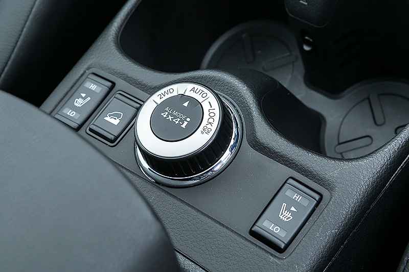 4WD車は前後トルク配分を100:0から約50:50に切り替え可能な「ALL MODE 4×4-i」を搭載。雪道の急坂などで走破性を高める「LOCKモード」、前後輪の駆動を自動的に配分する「AUTOモード」、常時前輪駆動で走行する「2WDモード」を自由に切り替えられる