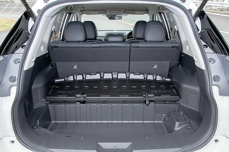 エクストレイル ハイブリッドのラゲッジスペース。フロア下にコンパクトなリチウムイオンバッテリーを搭載する関係から約40mmほど底上げされる形状になっているものの、後席を倒さない状態でのラゲッジ容量はガソリン車の445L(3列シート車)~550L(2列シート車)に対して430Lと、遜色ないスペースを確保する