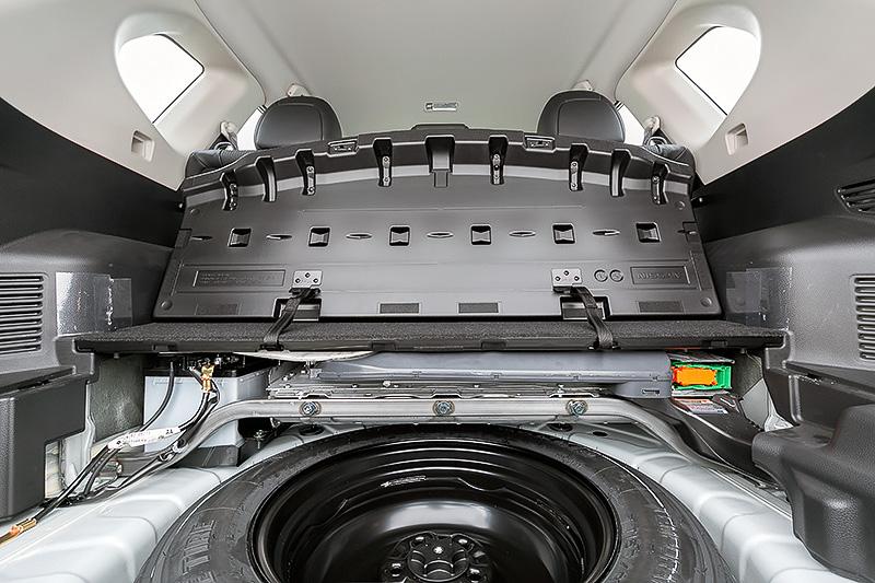 フロア下にテンパータイヤを備え、その奥にリチウムイオンバッテリーを搭載。テンパータイヤのすぐ上に位置するスチール製のバーはリチウムイオンバッテリーを保護するためのものだが、車体の左右を連結することから剛性アップに寄与しているという