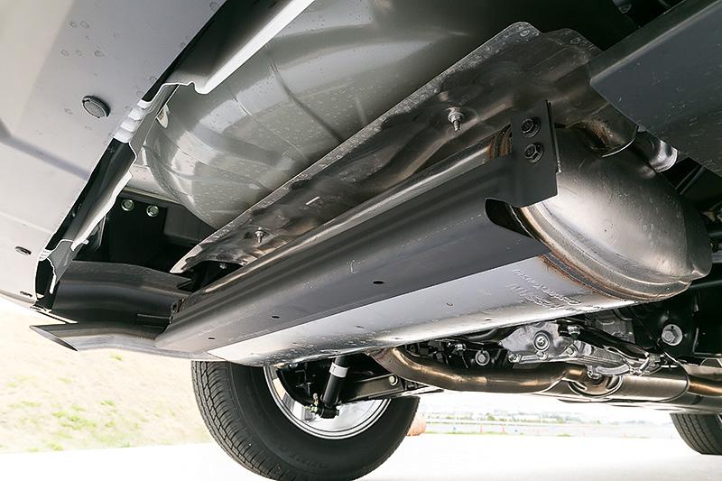 ボディー下部に空力パーツを装着する関係から、最低地上高はガソリン車から-10mmの195mmとなっている