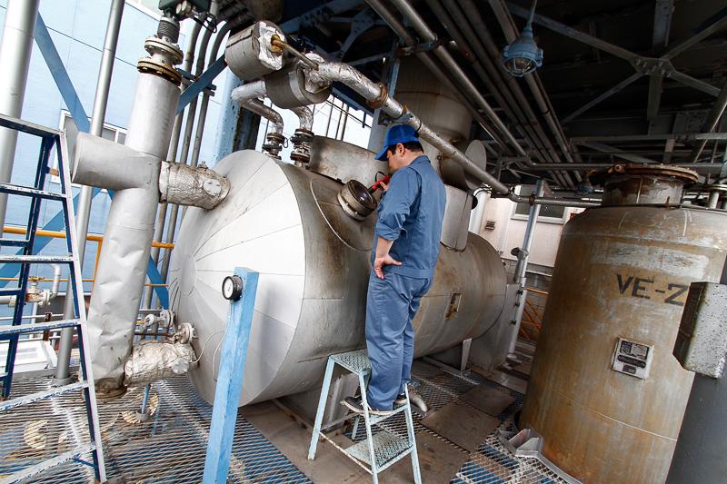 この蒸留塔ではブレーキフルードの原材料の製造と開発を行う。また、他社からの依頼でさまざまな水溶性液剤をリサイクルしている。減圧蒸留装置の加熱釜に仕込まれた原料を加熱蒸発させて精留する。自社で蒸留塔を持っていることが谷川油化のストロングポイント