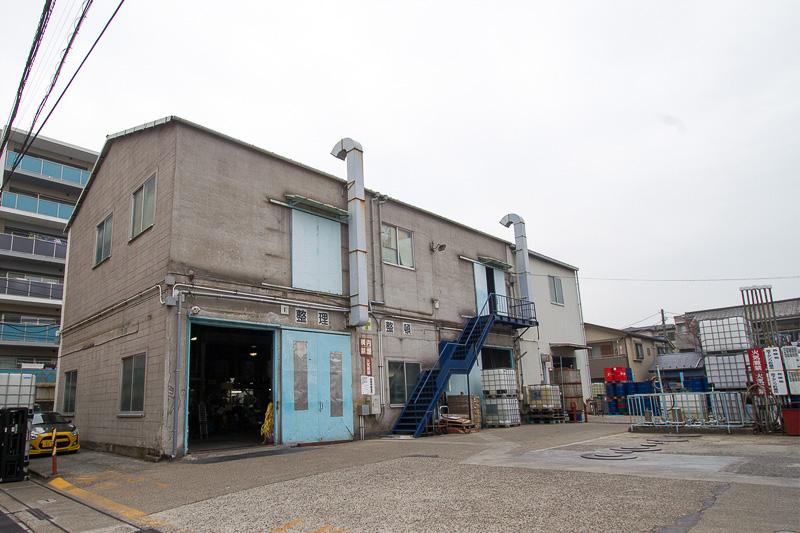 本社工場ではブレーキフルード、クーラント、シャシーブラック、凍結防止剤などが作られている。この本社工場はJIS認定工場なので、生み出した製品にはJISマークが付く