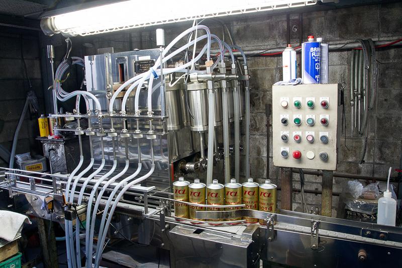 タンク内で完成した液剤はそのままパイプを通り、パッケージ用の機械に送られる。製品やパッケージサイズごとに使う機材が異なっている