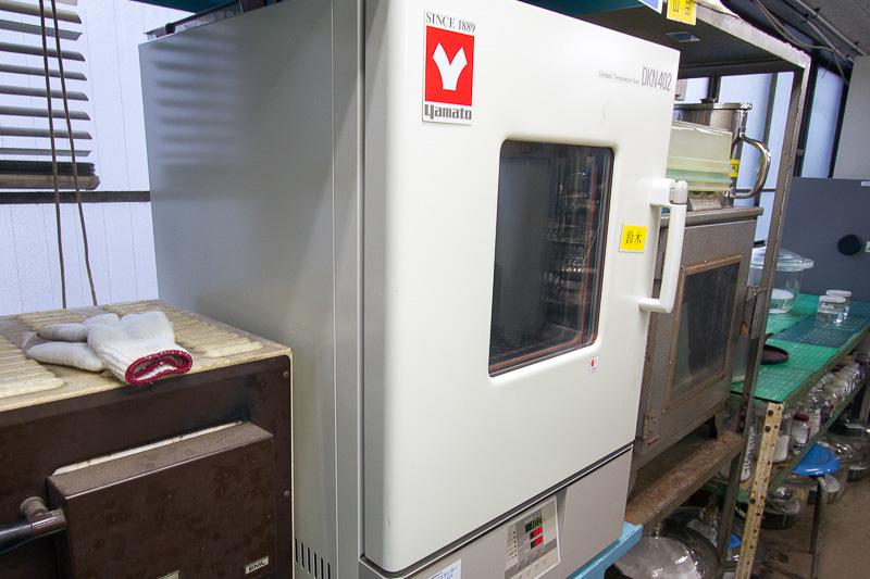 ウエット沸点の計測時は「デシケーター」という名称の容器で水分を吸湿。水分濃度は専用の計器で測って正確を期す。その後、水を吸った状態での沸点を計る