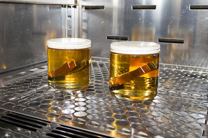 容器のなかに複数の異なる金属板を入れ、ブレーキフルードが金属に与える影響を実験しているところ。JIS規格ではこうした部分も厳しくチェックされるのだ