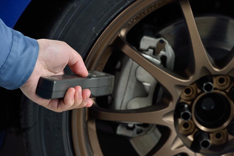 走行後にはブレーキの温度を測ったり、使用後の変化を確認するためサンプル品を回収