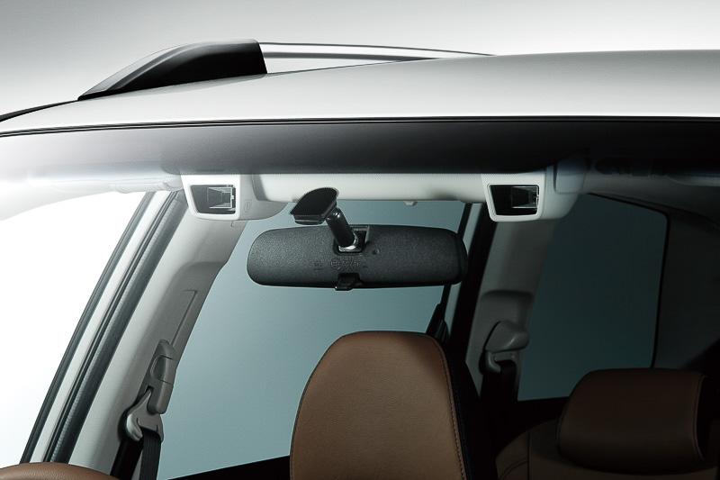 EyeSightはフロントウインドー内側に設置するステレオカメラで車両の前方を監視するシステム(写真は新型「クロスオーバーセブン」)