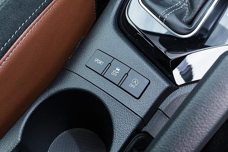 120Tでは本革/ウルトラスエード/合成皮革を組み合わせた専用シートを採用。これに加え、シートヒーター(運転席/助手席)、自動防眩インナーミラー、クルーズコントロールといった快適装備を標準装備する