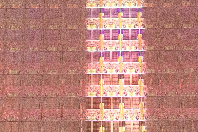 半導体はこのようにウェハーと呼ばれる板状のシリコンを加工して製造されていく。加工後ダイヤモンドカッターを利用して1つ1つに分離されていく