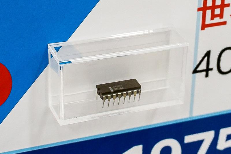 i4004。世界初のマイクロプロセッサとして知られる製品。このパッケージは後期型