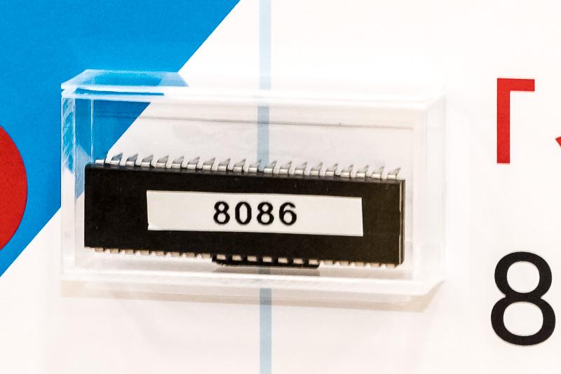 1978年に投入されたi8086は、初代IBM PCに採用されたマイクロプロセッサ。現在のWindows PCは、このIBM PCの子孫ということになる。Intelが大きく成功を収めたのも、このi8086がIBMに採用されたからこそ