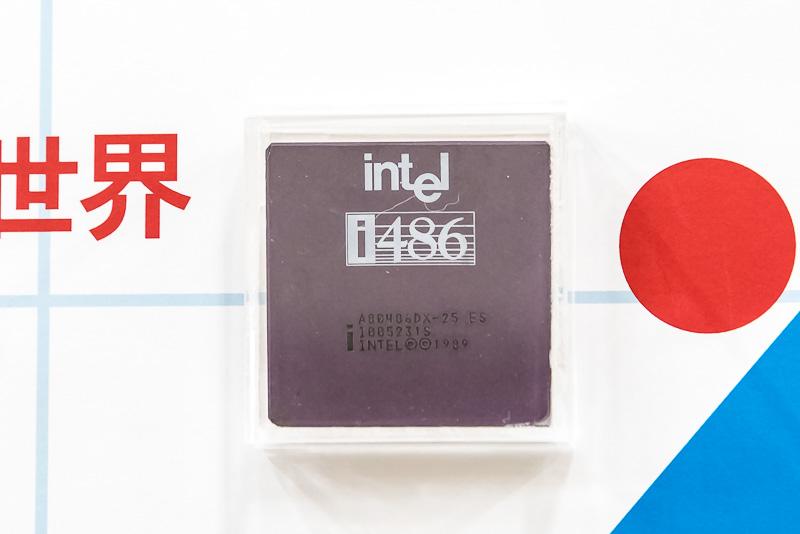 1989年にリリースされたIntel486は、Intel386のIA32命令に、以前は別チップとして提供されていた浮動小数点演算器とキャッシュメモリを1つのチップにしたバージョンとなる