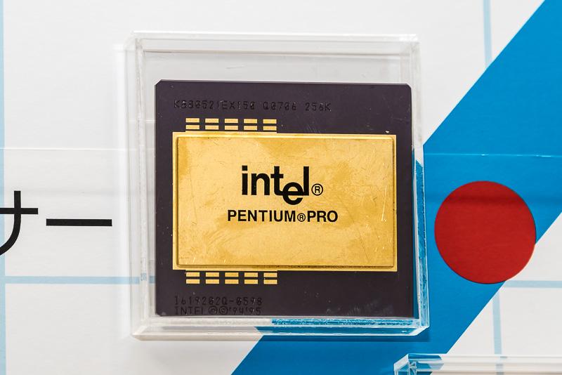 1995年にリリースされたPentium Proは、Pentiumの後継としてL2キャッシュがプロセッサの内部に実装された最初の製品。といっても、半導体としては別々で、パッケージの中で1つのチップとして実装されていた。そのパッケージの中で、L2キャッシュとプロセッサをつないでいたバスのことをBSBと呼んでいた