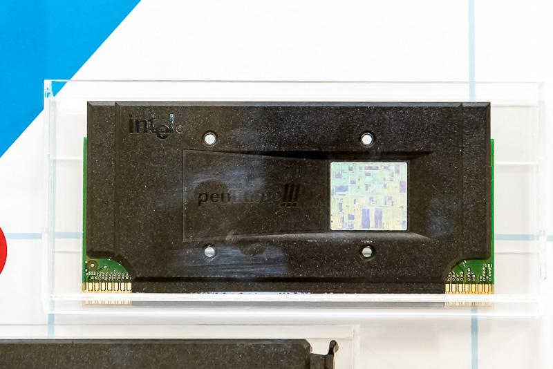 1999年にリリースされたPentium IIIは、Pentium IIの改良版で、新命令セットのSSEが追加されたバージョンになる。当初はPentium IIと同じようなSECC2のカートリッジ形状になっていたが、後にソケットに入るようなPGAパッケージも追加された