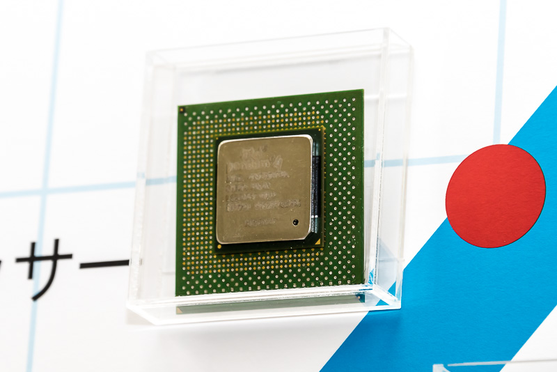 2000年に発表されたPentium 4。NetBurstアーキテクチャというより効率よく高いクロックで動作する仕組みが採用された。確かにクロックは上がったのだが、消費電力が増えすぎてしまい、PC用として不適当になってしまい、その後モバイル向けのアーキテクチャにとって変わられることになった