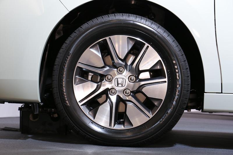 ステップワゴン G・EXが標準装備する16インチアルミホイール。タイヤサイズは205/60 R16 92H。左側のタイヤが前輪