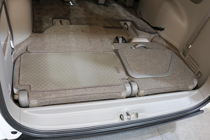 3列目シートの背面にフロアをフラットにする「反転ボード」を装着。歩道側になる左シートには脱着式マットを備え、乗り降りしたときに汚れても手入れがしやすくなっている