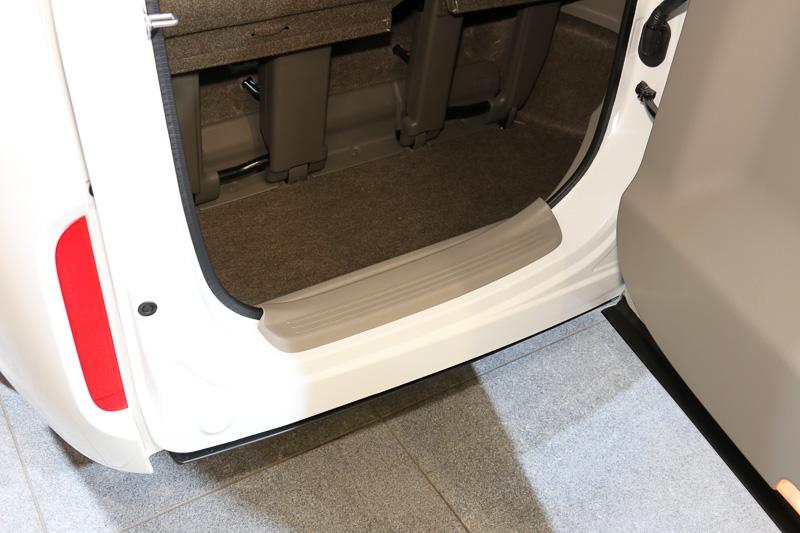 横開きの開口部にもウォークイン用のステップを配置