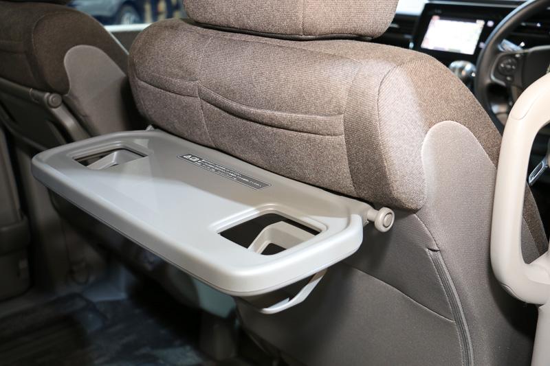 運転席/助手席のシートバックテーブルはB以外のグレードに標準装備