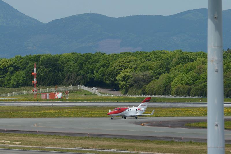 東から西方向(阿蘇から雲仙方面)となる25滑走路に着陸。地上走行を開始