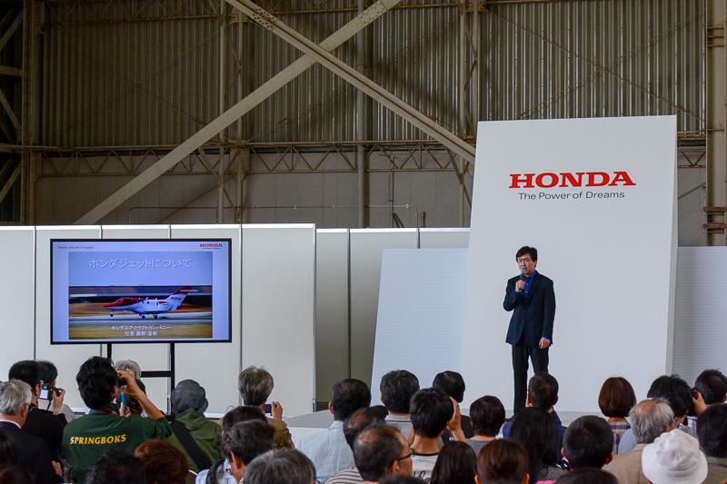 プレゼンテーションを行うホンダ エアクラフト カンパニーの藤野道格社長