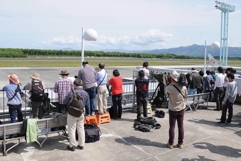 ターミナルビルの展望デッキや、滑走路向かい側の撮影スポットにHondaJetの到着を待つ大勢の人が詰めかけた
