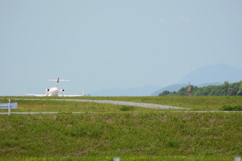 デモフライトのため滑走路へ向けて地上走行を開始。到着時とは逆に、西から東方向となる07滑走路を使用
