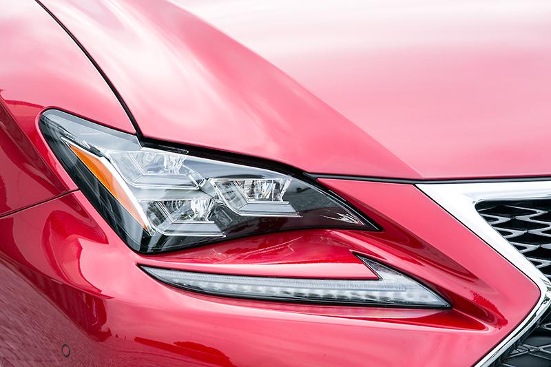 ヘッドライトには「3眼フルLEDヘッドランプ&LEDフロントターンシグナルランプ」を標準装備