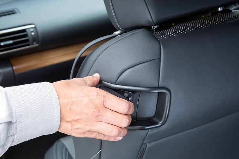 フロントシートの外側肩口に備えられたレバーを操作してリアシートに乗り込む