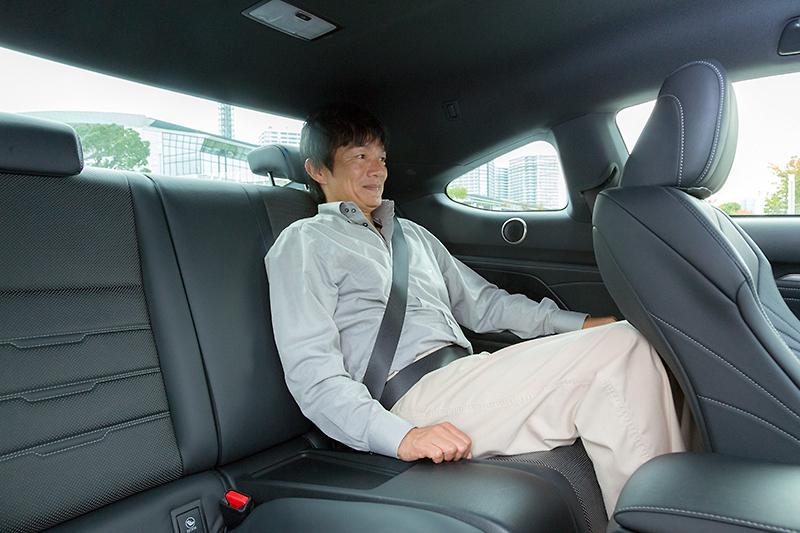 本革シートの座り心地は良好だが、リアを絞り込んだクーペボディーで頭上や膝前のスペースは限定的