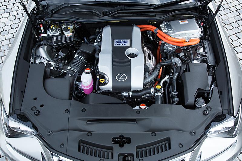 直列4気筒 2.5リッターの「2AR-FSE」エンジンと「1KM」モーターを組み合わせて採用する300h。エンジンは最高出力131kW(178PS)/6000rpm、最大トルク221Nm(22.5kgm)/4200-4800rpm。モーターは最高出力105kW(143PS)、最大トルク300Nm(30.6kgm)となる