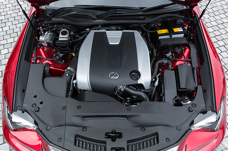 自然吸気の3.5リッターV型6気筒エンジンを搭載するRC350 Fスポーツ。最高出力234kW(318PS)/6400rpm、最大トルク380Nm(38.7kgm)/4800rpmを発生