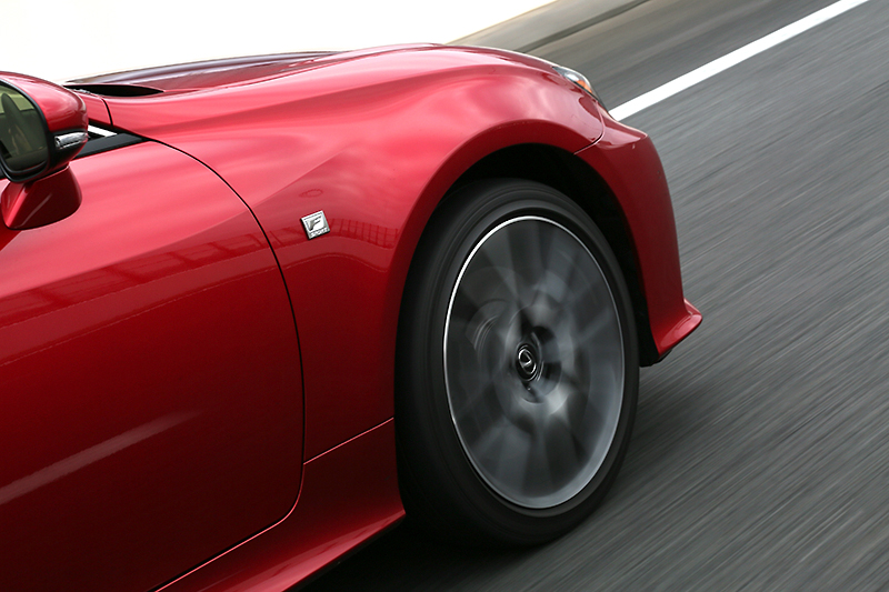 LDHの効果で俊敏な回頭性が味わえるRC350 Fスポーツ。タイヤサイズは前後で異なり、フロントが235/40 R19、リアが265/35 R19