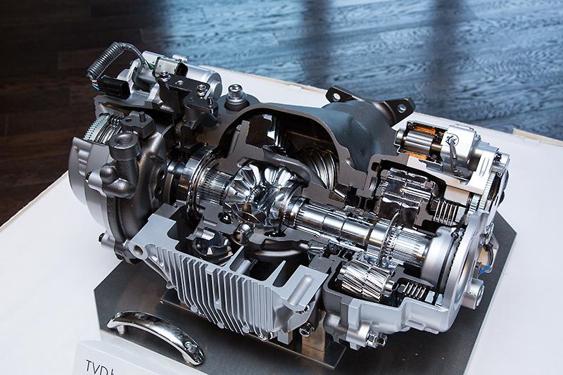 後輪駆動車として世界初採用の装備となる「TVD(Torque Vectoring Differential)」のカットモデル