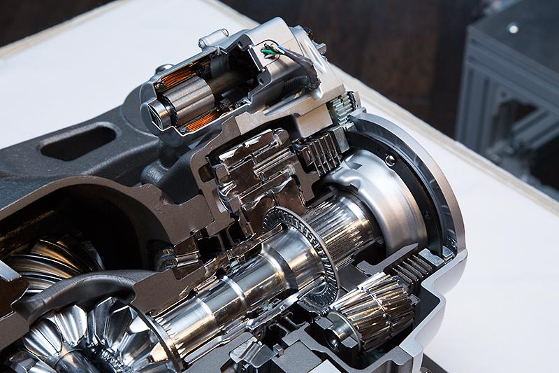 精密電動アクチュエーターにより100分の1秒単位での左右トルク配分を実現