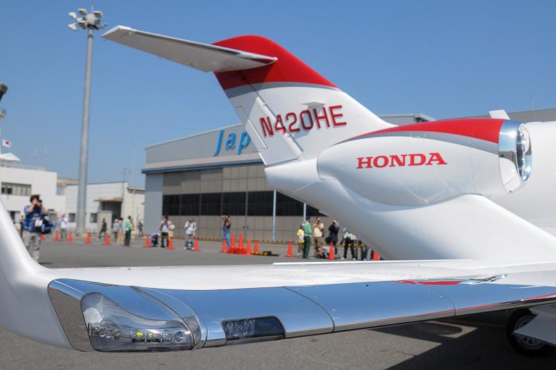 快晴に恵まれた岡南飛行場に駐機する「HondaJet」