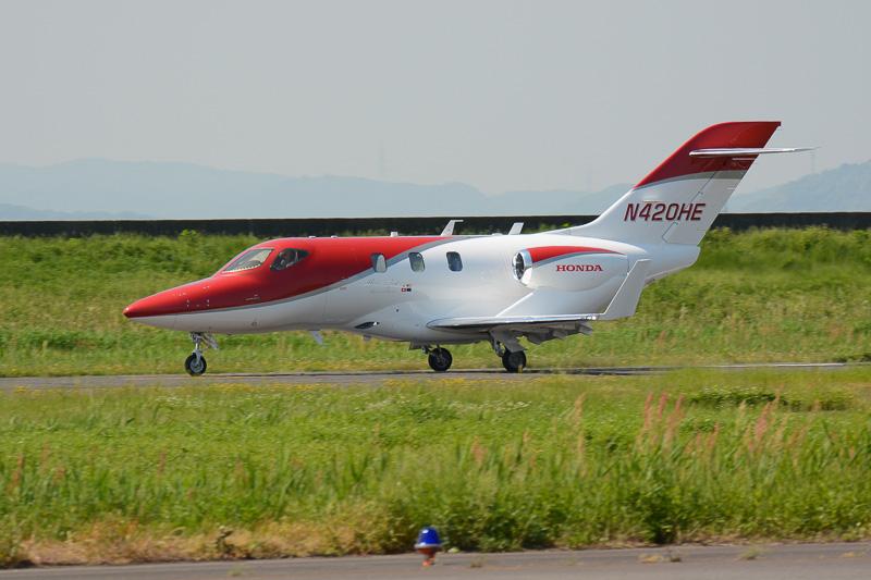 10時ごろの到着が予定されていたが、9時30分過ぎには飛行場の北側を飛ぶ姿を見せたHondaJet。1度フライパスをしたあと、再び北側を旋回して岡南飛行場に着陸した