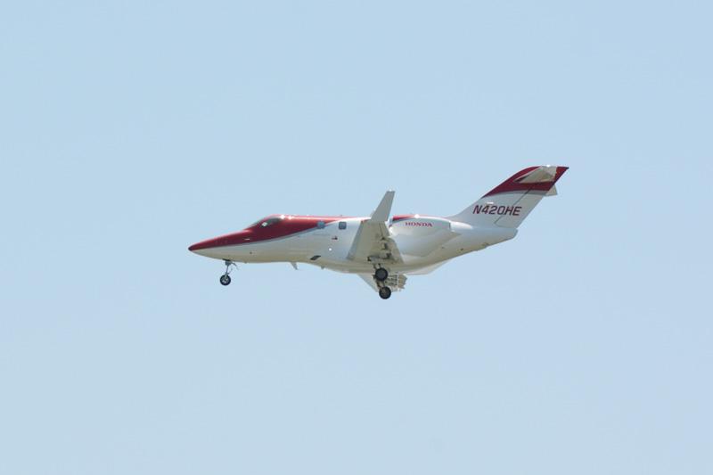 デモフライトでは滑走路上を3度ローパス飛行。エプロン最前列まで開放され、間近でデモフライトを楽しめるイベントとなった
