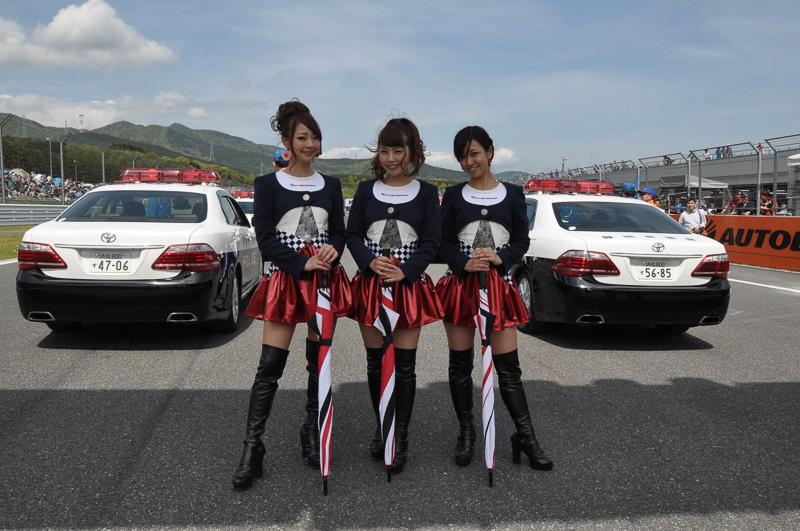 パトカーや白バイが先導して始まるSUPER GT第2戦富士。写真は先導するパトカーの前に立つ富士スピードウェイのイメージガール「クレインズ」。