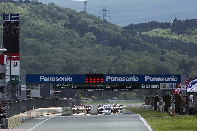 14時15分、SUPER GT第2戦は白バイとパトカーの先導でスタートした
