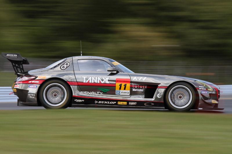 ファイナルラップに31号車 TOYOTA PRIUS apr GTを抜き、3位を獲得した11号車 GAINER TANAX SLS(平中克幸/ビヨン・ビルドハイム)