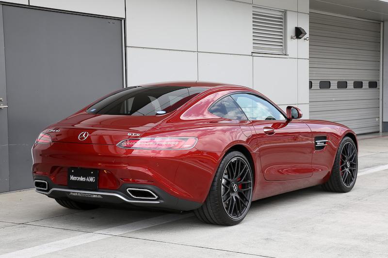 撮影車はAMG GT S(ヒヤシンスレッド)。ボディーサイズは4550×1940×1290mm(全長×全幅×全高)、ホイールベース2630mm。AMG GT Sはフロントにより大型の390mmディスクと前後レッドキャリパーを標準装備(AMG GTは360mmディスクでキャリパー色はシルバー)